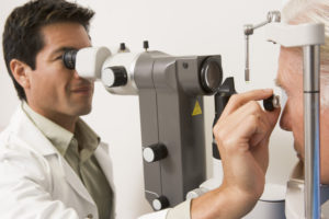 Slit lamp examination with magnifying wide field lens